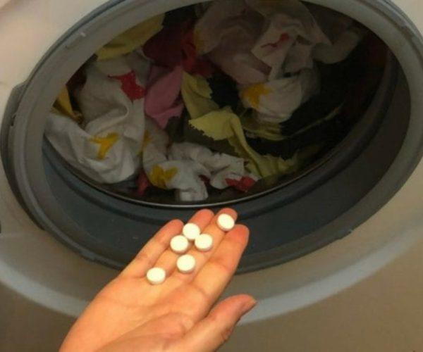 Këtë hile duhet t'ua mësoni nënave/ Një dorë aspirina hidheni në lavatrice para se të lani rrobat: Do mbeteni pa fjalë