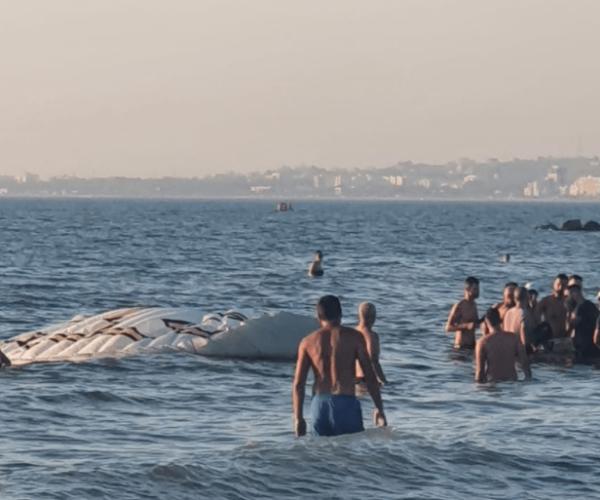 Parashutisti bie në det/ Ja si e shpëtuan pushuesit në Durrës