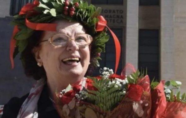 Historia frymëzuese/ Gruaja diplomohet në moshën 72-vjeçare dhe ia dedikon të bijës 14-vjeçare që nuk jeton më